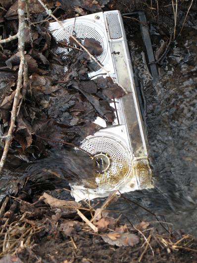 bild - radio som ligger i ett vattendrag