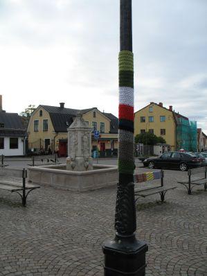 stickning / virkning på lykstolpe på Södertorg i Visby