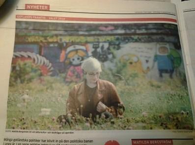 Matilda Bergström (V) vid graffitiväggen i politiskt porträtt i GT (Gotlands Tidningar)
